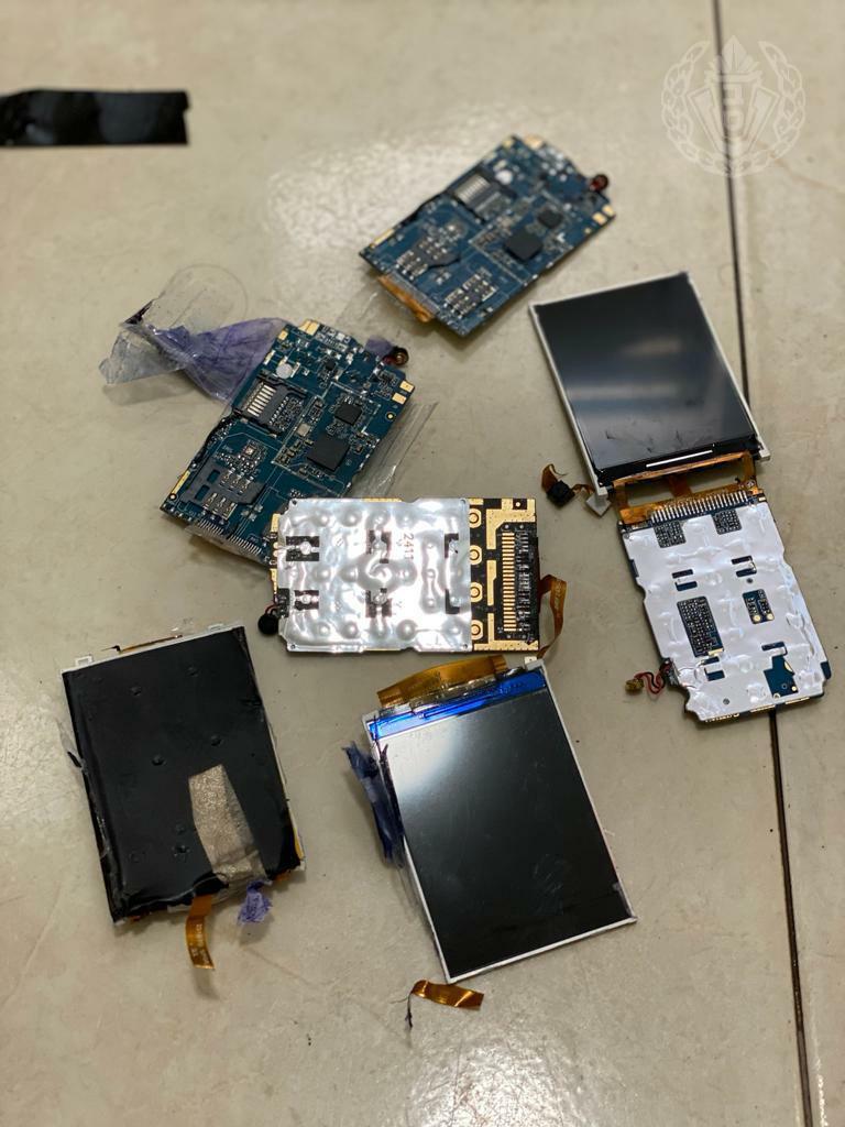 """תכולת החבילה החשודה. מסכים ומוחות טלפונים סלולריים. צילום: דוברות שב""""ס"""