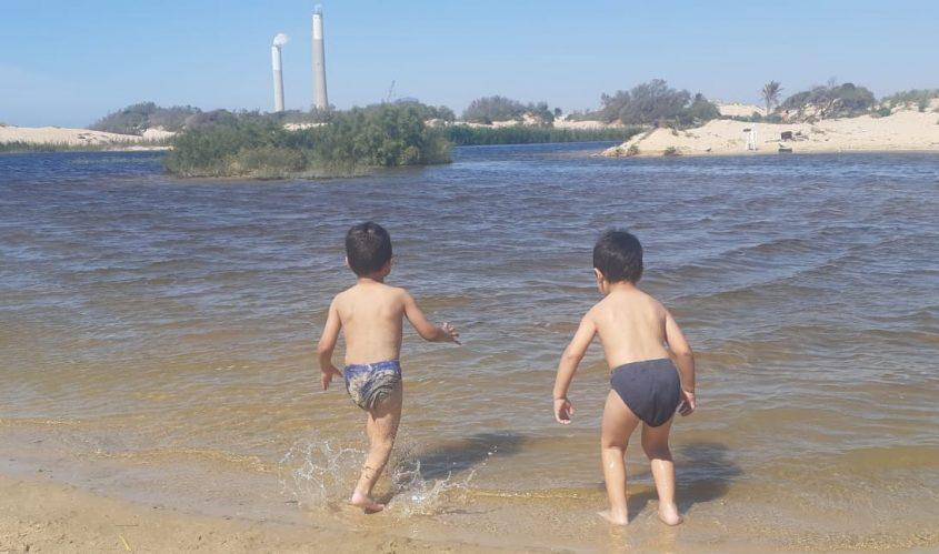 ילדים משחקים באגם הסמוך לחוף זיקים. צילום: אלירם משה