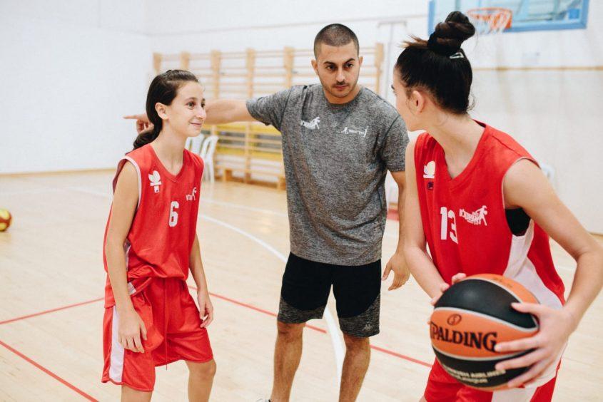 פיק אנד רול. המאמן אוהד ענקי עם שחקניות בנות אשקלון. צילום: שלום ניזרי