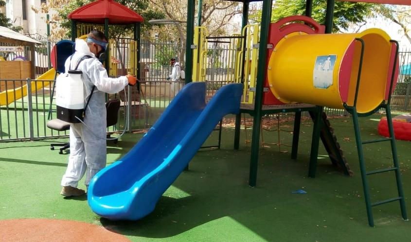 חיטוי בגן ילדים. צילום דוברות העירייה