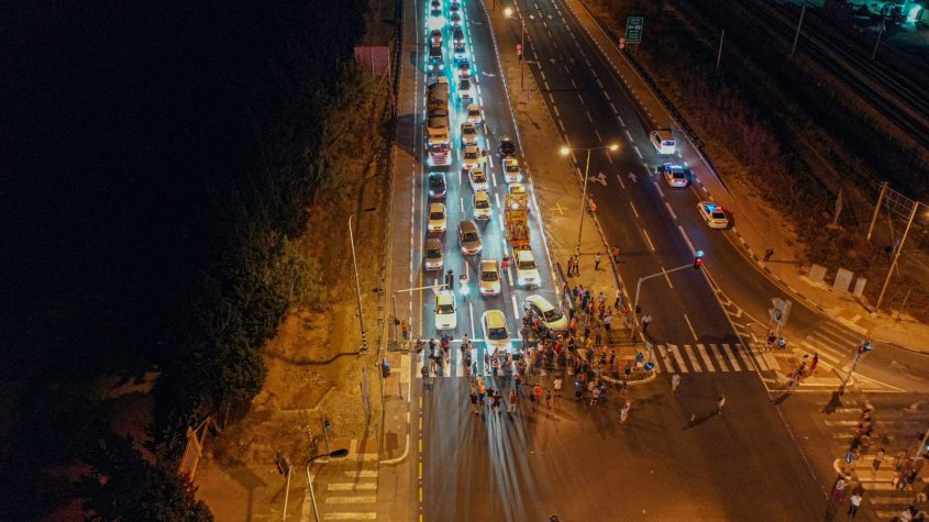 פקק של כמה קילומטרים. תושבי ניצן חוסמים את צומת ניצנים במחאה על הכוונה לחסום את הצומת לחלוטין. צילום: דוברות המועצה האזורית חוף אשקלון