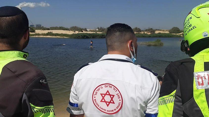 """צוותי מד""""א ממתנים על הגדה וצופים בחיפושים. צילום: אלירם משה"""