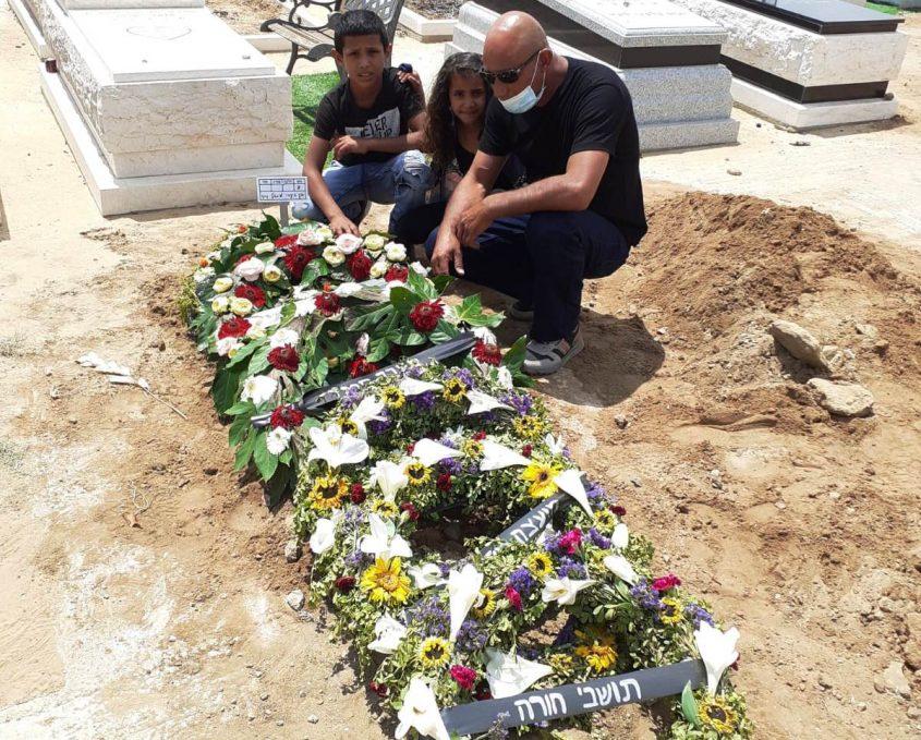 """ג'מיל ושניים מילדיו על קברו של מיכאל ז""""ל"""
