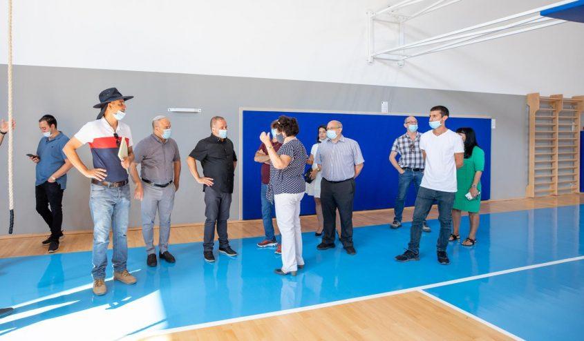 צמרת הנהלת העירייה עם אנשי בית הספר באולם הספורט החדש. צילום: סיוון מטודי