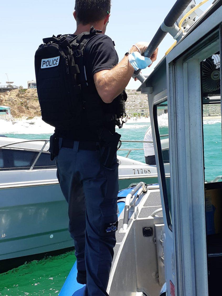 שוטר השיטור הימי במהלל חילוץ הסירה. צילום: דוברות המשטרה