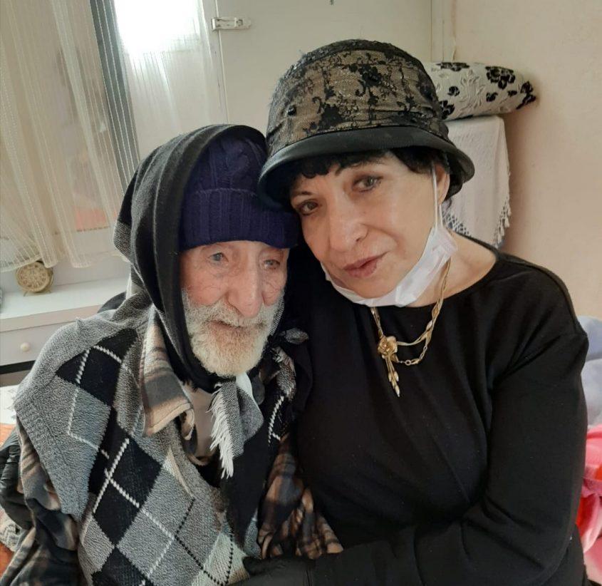 סבא לוי אזולאי עם בתו. צילום: באדיבות המשפחה