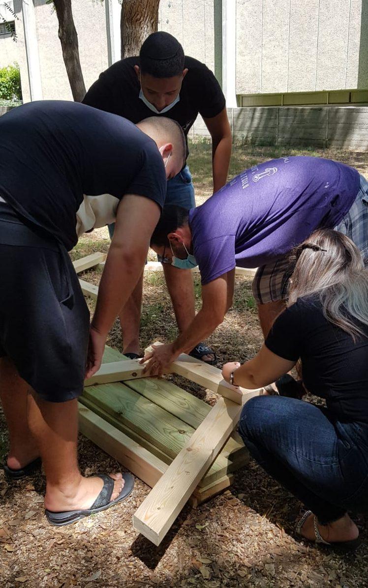 בדרך להיות שולחן עץ לרווחת תלמידי בית הספר