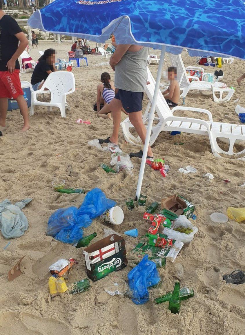 המזהם העיקרי הוא האדם. פסולת שנשכחה על ידי מבלים בחוף אשקלון. צילום?: אורה לוי