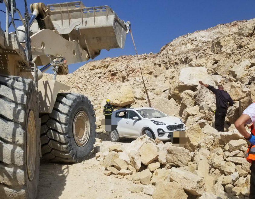 """חילוץ הרכב מבין הסלעים. צילום: דוברות זק""""א"""