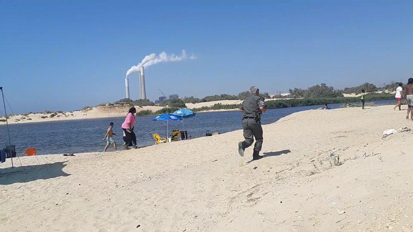השוטר שהיה במקום רץ לשפת האגם כשנודע שיש טובע נוסף. צילום: אלירם משה