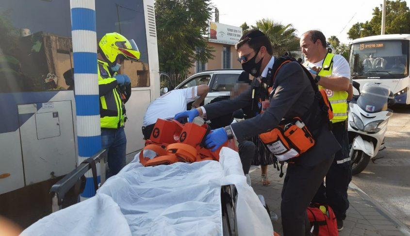 """כונני מד""""א ואיחוד הצלה ומטפלים בפצוע. צילום: אלירם משה"""