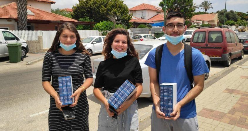התלמידים לאחר שיצאו מבית משפחת בן זיקרי בגבעת הפרחים. צילום: ירון גהסי