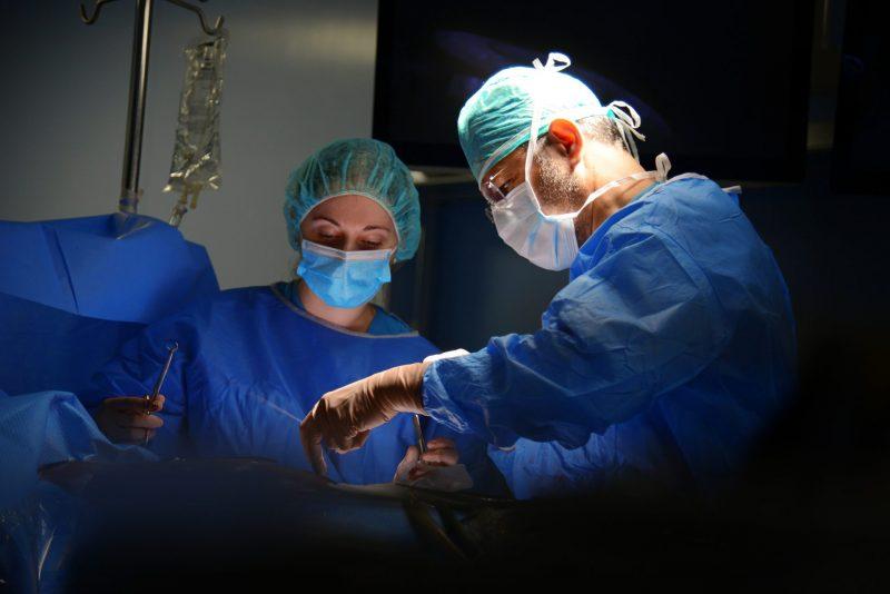 """בא לשנות - ד""""ר גיל אוחנה על השינוי שעבר המערך הכירורגי במרכז הרפואי ברזילי. בתמונה: ד""""ר אוחנה בחדר הניתוח. צילום: מורן ניסים צילום רפואי המרכז הרפואי ברזילי"""