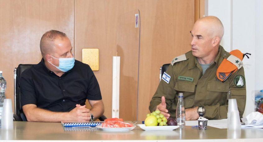 אלוף פיקוד העורף עם תומר גלאם בהערכת המצב בעירייה. צילום: סיוון מטודי