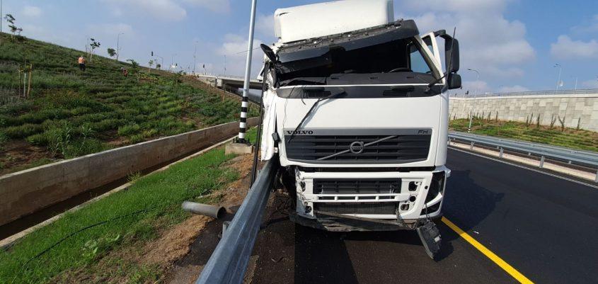 המשאית המעורבת התאונה. צילום: תיעוד מבצעי כבאות והצלה