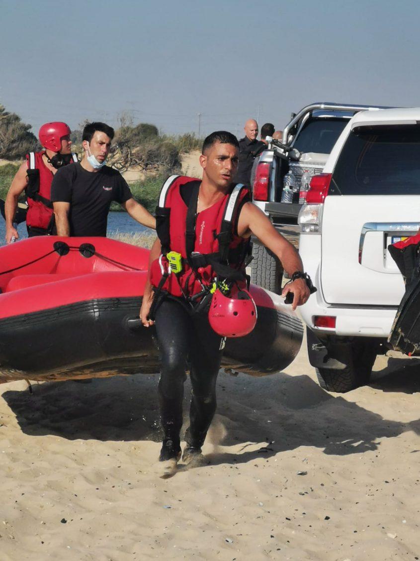 """לוחמי האש הגיעו עם סירות כדי לנסות לאתר את האיש. צילום: דוברות כב""""ה דרום"""