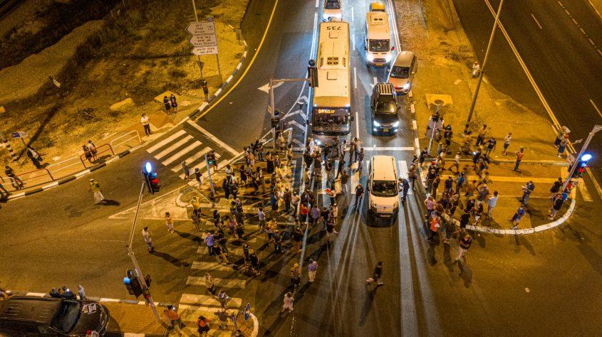 תושבי ניצן חוסמים את צומת ניצנים במחאה על הכוונה לחסום את הצומת לחלוטין. צילום: דוברות המועצה האזורית חוף אשקלון