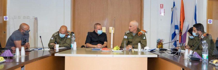 אלוף פיקוד העורף אורי גורדין עם תומר גלאם בהערכת המצב בעירייה. צילום: סיוון מטודי