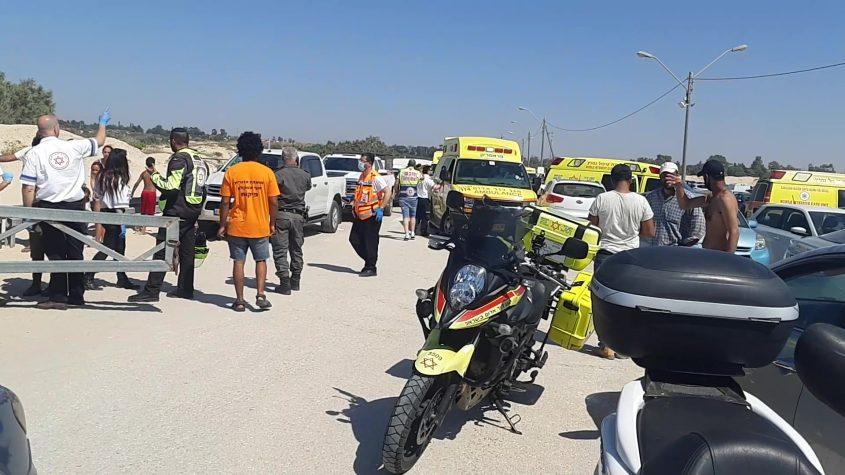 """צוותי מד""""א במקום לאחר חילוץ שלושת הנפגעים הראשונים עוד לפני שידעו שיש טובע נוסף. צילום: אלירם משה"""