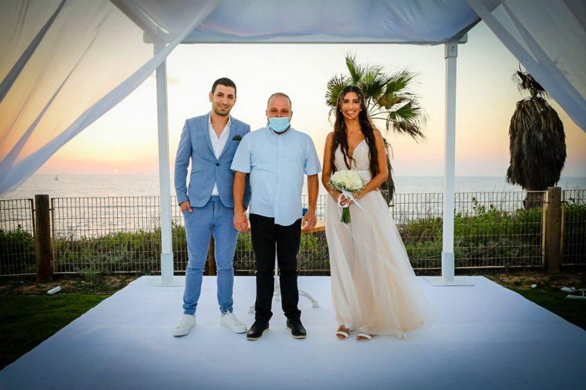 תומר גלאם עם החתן והכלה. צילום: סיון מטודי