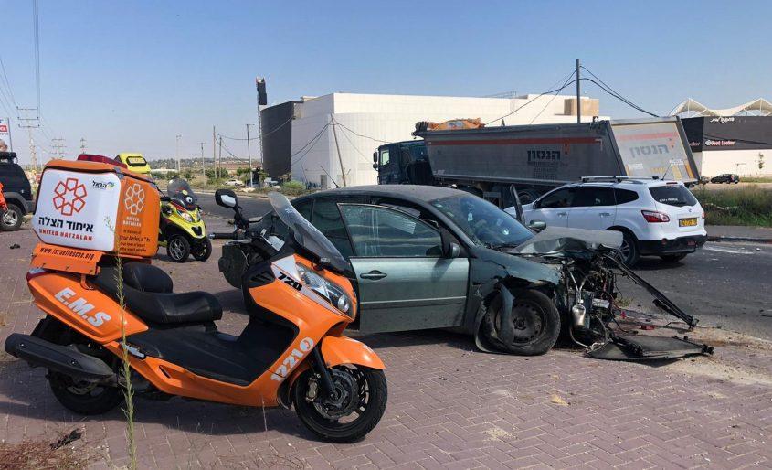 זירת התאונה לפני שעה קלה בכניסה לפאוור סנטר מבקיעים. צילום: דוברות איחוד הצלה