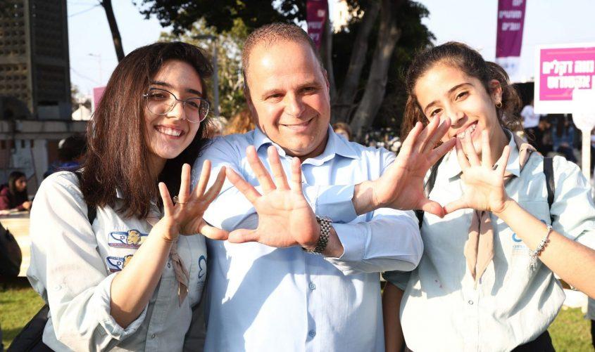 ראש העיר תומר גלאם עם בני נוער מתנדבים. צילום: אלדד עובדיה