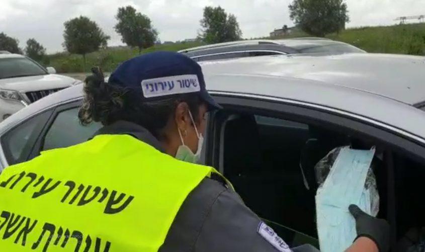 פקחית בפעילות הסברה על עטיית מסכות. צילום: דוברות עיריית אשקלון