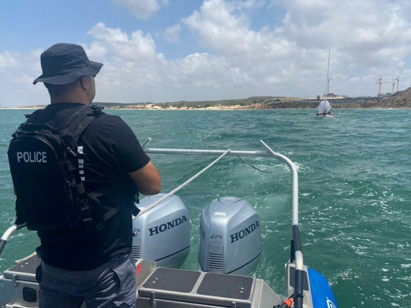 השיטור הימי אתמול בחילוץ הסירה. צילום: דוברות המשטרה