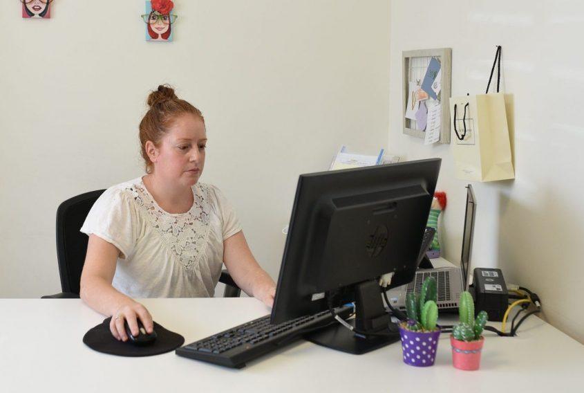 ליאת ספיר במשרדה. צילום: עדי תשובה