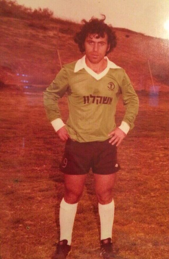 פנחס פירוס מיכאלשוילי במדי אשקלון. צילום מהאלבום המשפחתי