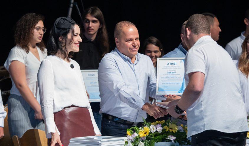 ראש העיר תומר גלאם מעניק תעודת בגרות חברתית לתלמידים. צילום: אלדד עובדיה