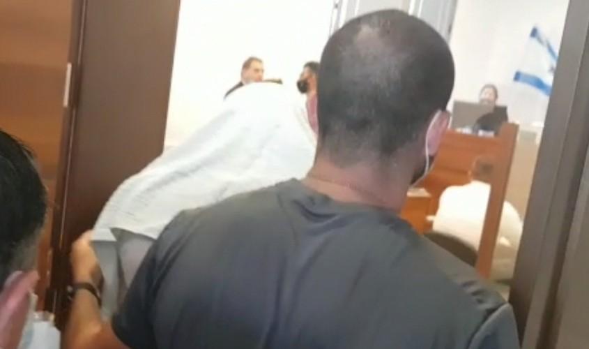איסי רפאילוב (במגבת לראשו) מובא להארכת מעצר