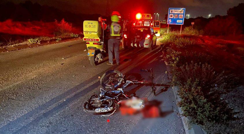 """האופניים והרכב הפוגע בזירת התאונה. צילום: דוברות מד""""א"""
