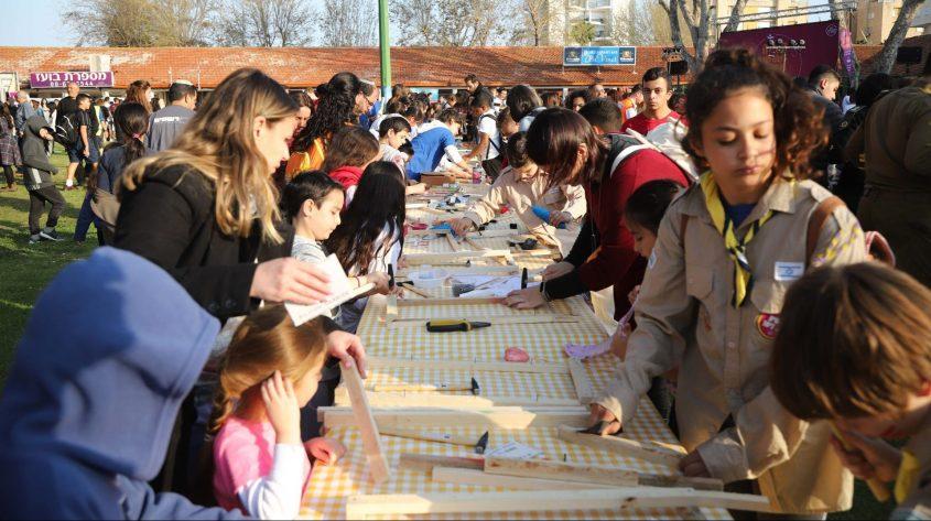 תלמידי אשקלון בעוד פעילות התנדבותית בקהילה. צילום: אלדד עובדיה