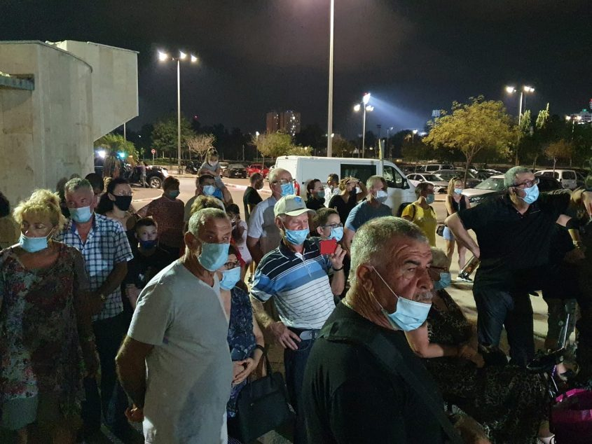 מפגינים בהפגנה שארגן חבר הכנסת קושניר באשקלון