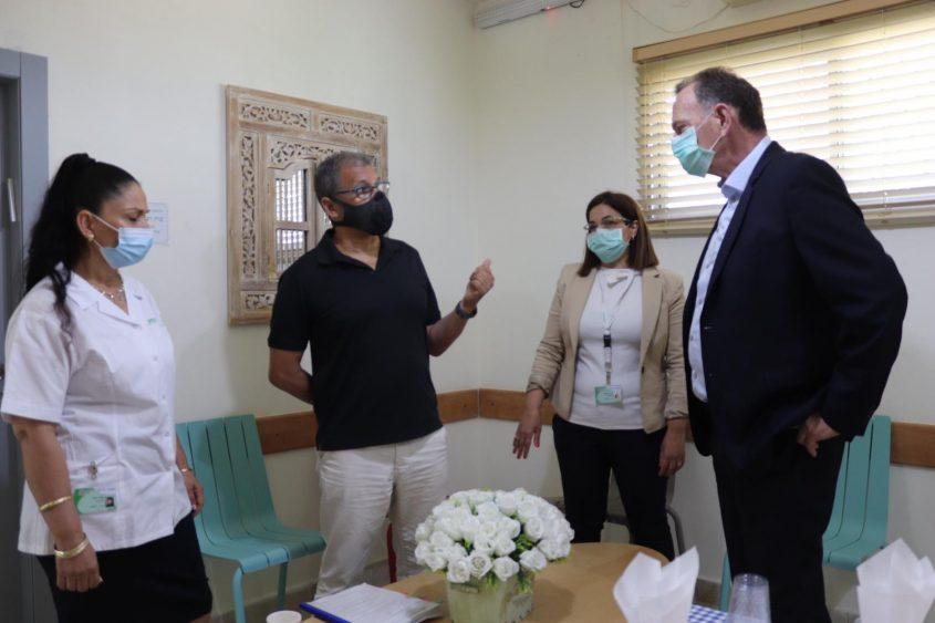 """יוחנן לוקר היו""""ר, חדווה אמונה מנהלת המחוז, ד""""ר פיטר שילד מומחה ברפואת משפחה ממרפאות עוטף עזה. צילום: דוברות הכללית"""