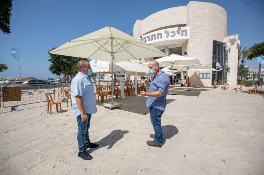 """ד""""ר שפירו וראש העירייה , תומר גלאם ברחבת תחנת הבדיקה העירונית בהיכל התרבות. צילום: סיוון מטודי"""