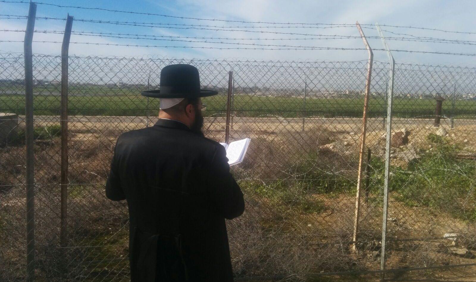 הרב נתנאל שריקי מתפלל לקריסת מנהרה בגבול עזה