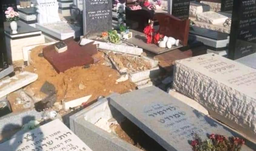 חלק מהקברים שניזוקו בתאונה
