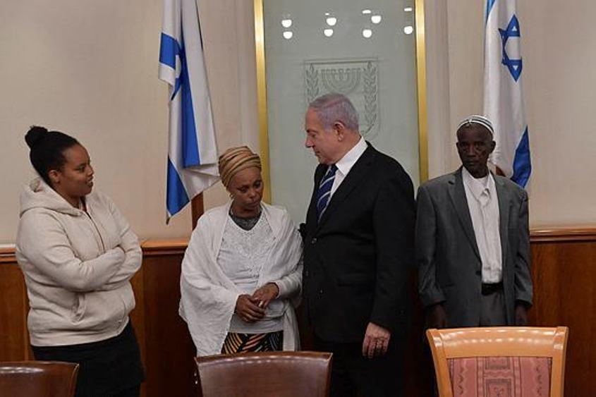 """ההורים של אברה מנגיסטו עם ראש הממשלה בנימין נתניהו. צילום: קובי גדעון לע""""מ"""