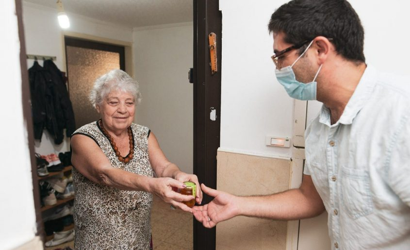 משמחים את הקשישים בכל רחבי הארץ. צילום: משה בוכמן, הקרן לידידות