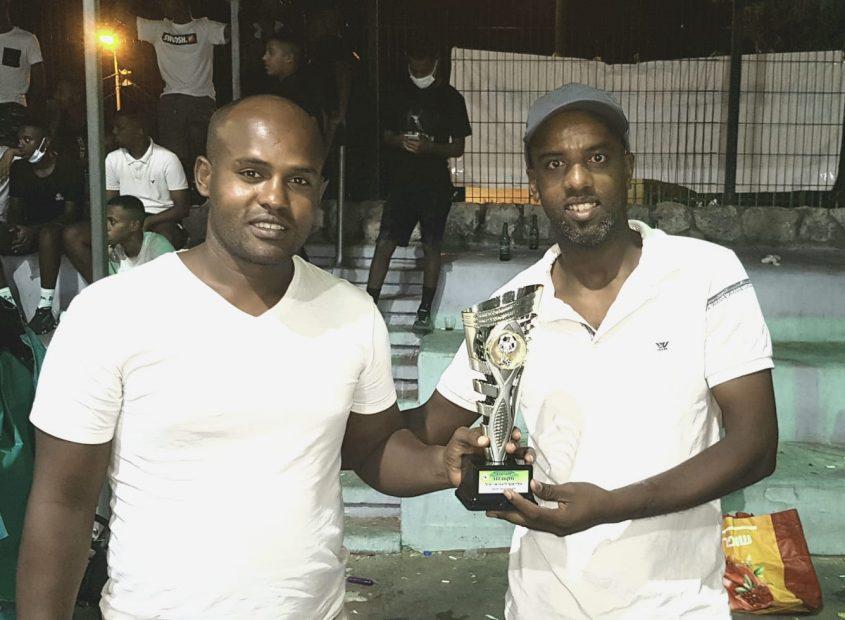 """חזרו למשחק למען אברה. יו""""ר הקבוצה אמיר אבבה והמאמן תמיר אברה עם גביע המקום השלישי"""