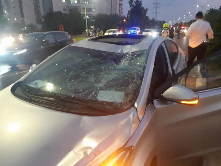 הפגיעה ברכב מעידה על העוצמה הרבה של התתנגשות בין הרכב לאופניים. צילום: אלירם משה