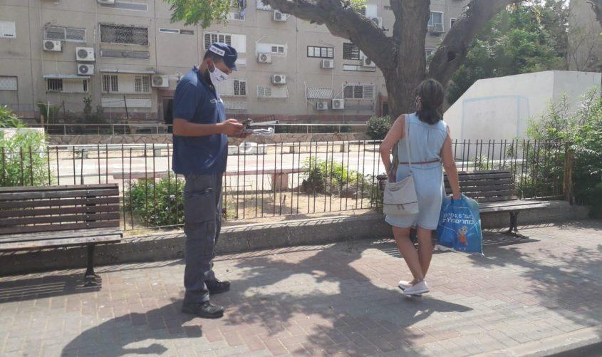 פקח באכיפה בעיר. צילום: סיון מטודי