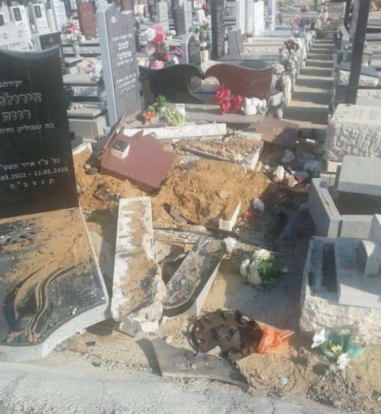 אחד מהקברים שניזוק בתאונה