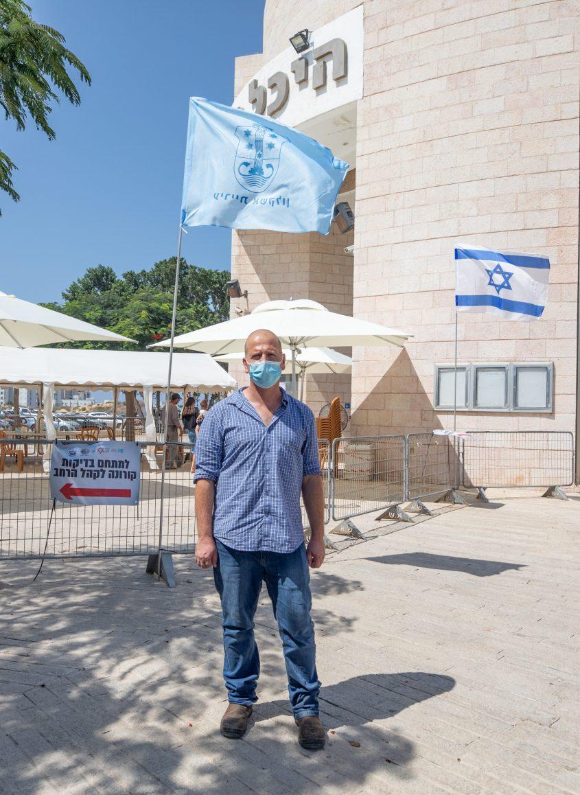 """ד""""ר שפירו בחרבת תחנת הבדיקה העירונית בהיכל התרבות. צילום: סיוון מטודי"""