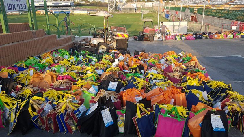ערכות ההפגה מוכנות באיצטדיון ומשם לבתי הילדים. צילום: סיוון מטודי