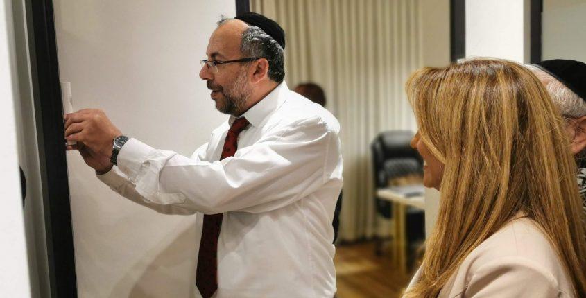 הרב יעקב אביטן בקביעת מזוזה
