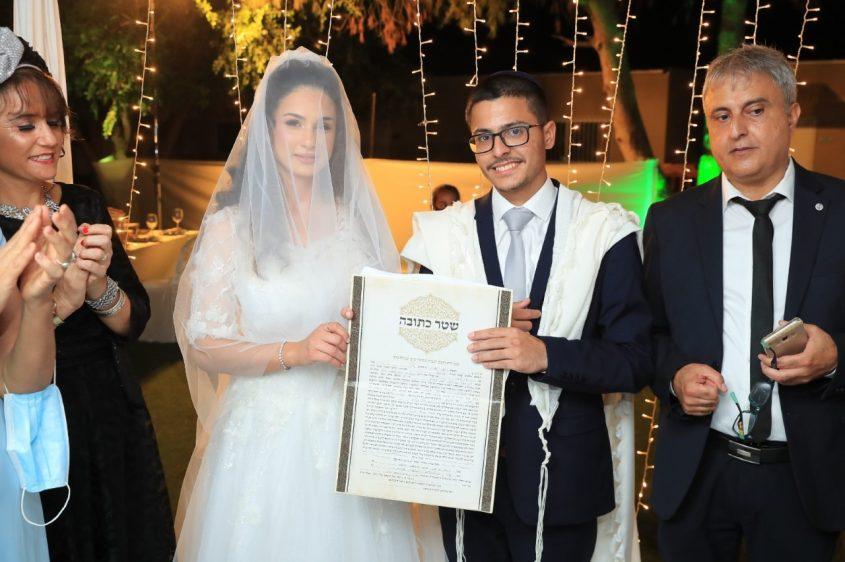 מימין לשמאל: יעקב בטיטו, החתן מנחם והכלה וירין ונורית בטיטו, האם-המורה. צילום: מאיר לביא