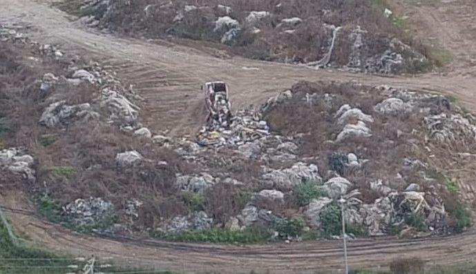 משאית המטילה פסולת בניין דקות לפני שנתפסה. צילום: המשרד לאיכות הסביבה
